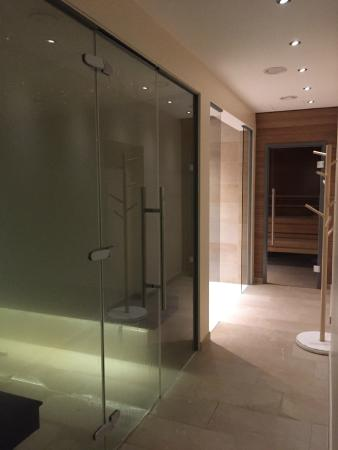 Ringhotel Nassau Oranien: Weg zur Sauna (links Dampfbad und Duschen)