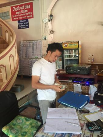 Vang Vieng Central Backpackers: Worst hostel worker I've ever come across. Rude to everyone, never happy to help, asks for tips