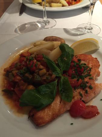 Ristorante Vallemaggia : Salmone irlandese accompagnato da una ratatouille (con verdure di stagione) e patate novelle