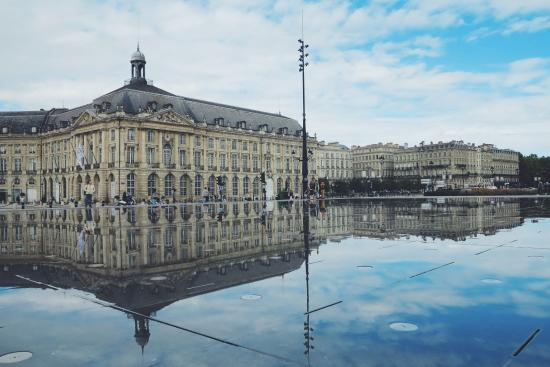 La miroir d 39 eau on a still day the water reflects just for Miroir d eau