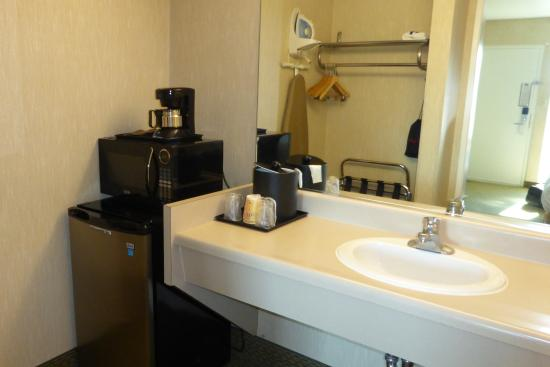 Vagabond Inn - Glendale : Fridge / sink
