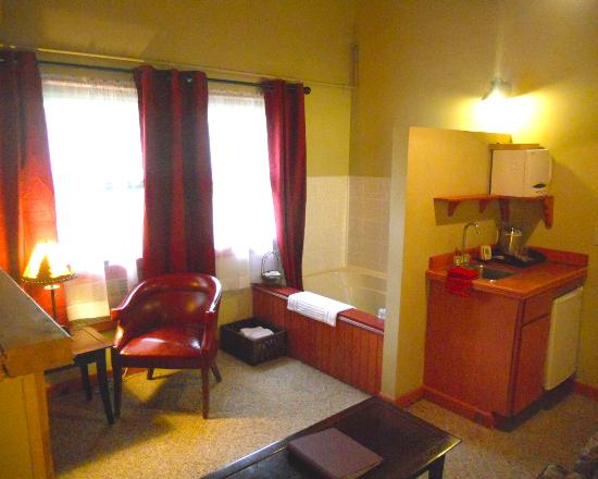 Vinehurst Inn & Suites: Queen bed whirlpool suite