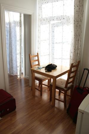 Hotel Loeven: Loeven Hotel - cam. 430 - 4° piano - tavolino soggiorno e porta finestra