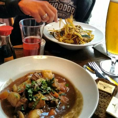 Geoff's Bar: The food was great! I had the Guinness-stew, my husband the extra spicy (on request) Asian chick