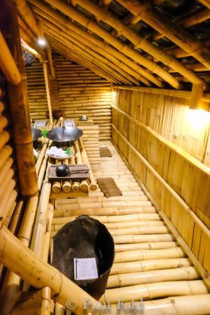Intérieur de la maison de bambou bambu indah salle de bain
