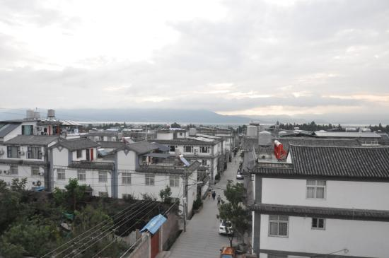 Yuan Lai Ge Inn: Street and lake view from the rooftop