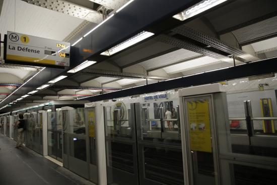 paris m tro station cdg etoile ligne 1 picture of paris metro paris tripadvisor. Black Bedroom Furniture Sets. Home Design Ideas