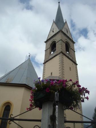 Chiesa di San Lorenzo: Il campanile tra i fiori