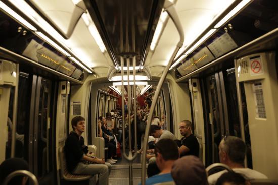 Paris m tro l 39 int rieur d 39 un wagon en service sur la for Metro interieur