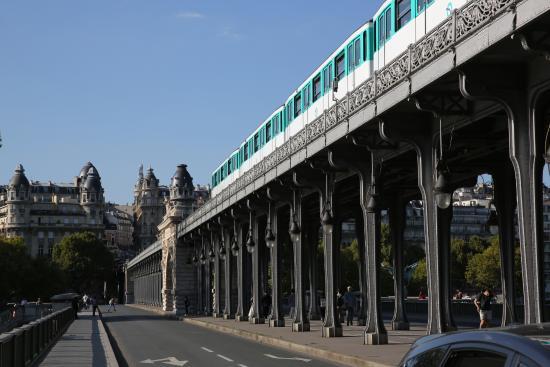 PARIS. Métro. Rame de la ligne 2 traversant la Seine entre Bir ...