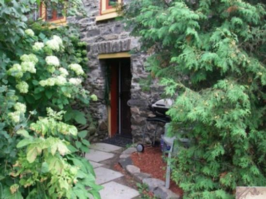 Crews on INN: The private hidden entrance and BBQ for the Willow Suite