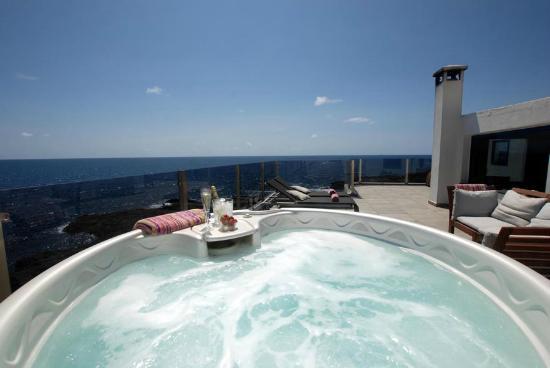 Casa Esquina del Mar: Jacuzzi op zonovergoten terras