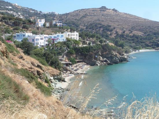 Aneroussa Beach Hotel : l'hôtel vu de la route