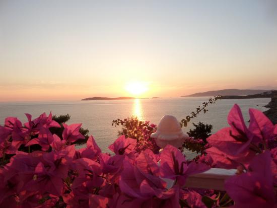 Aneroussa Beach Hotel : couché de soleil vu de la chambre