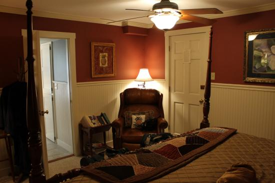 Dover, KS: Bedroom with King bed and Jacuzzi tub