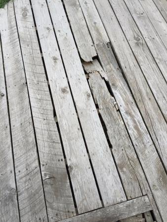 Sportsman's Lodge: Broken boardwalk by cabin