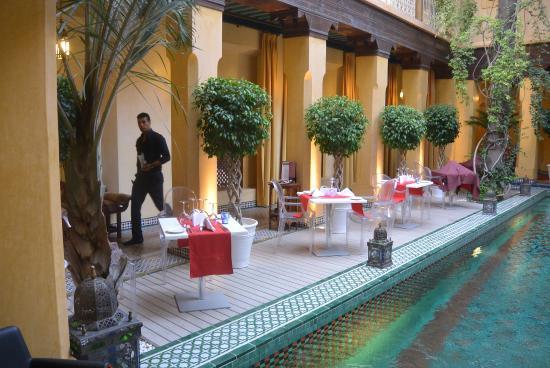 Pepe Nero: Tafels langs het zwembad.