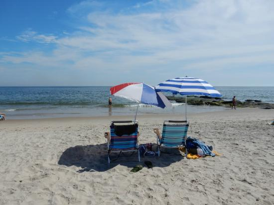 The Sea Spray Inn: Beach chairs and umbrellas