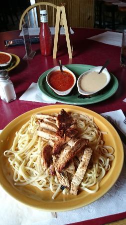 Smiler's Grill & Bar: Frango com massa