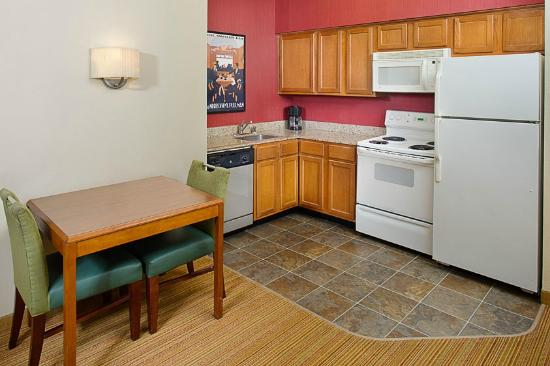 Residence Inn Dallas Park Central: Guest Room Kitchenette