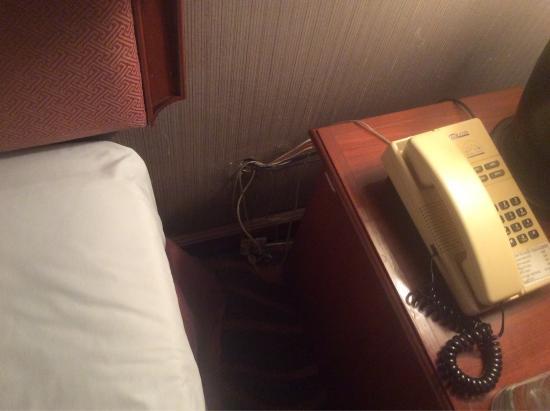 The Hill Hotel: Schimmel im Bad, E-Installation dürfte auch schon länger nicht überholt worden sein