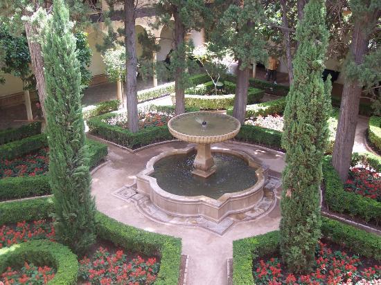 Vista de jard n y fuente de agua captada desde la segunda for Fuentes ornamentales jardin
