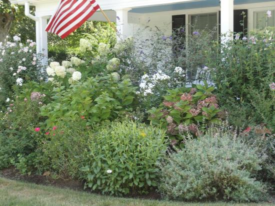 Chatham Gables Inn: Beautiful garden adorns the front yard.