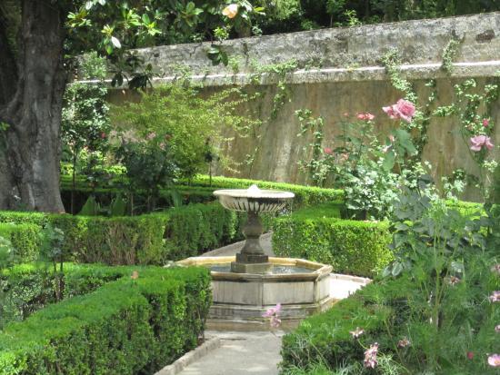 Foto de generalife granada uno de los jardines altos en for Jardines de gomerez granada