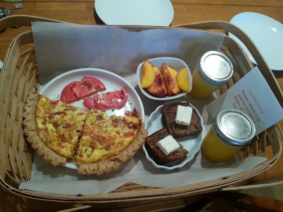 Island View Lodging: Breakfast delivered to our door!