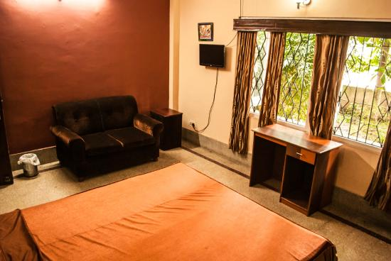 Riverview Guest House: Riverview Deluxe A/C room with garden outside