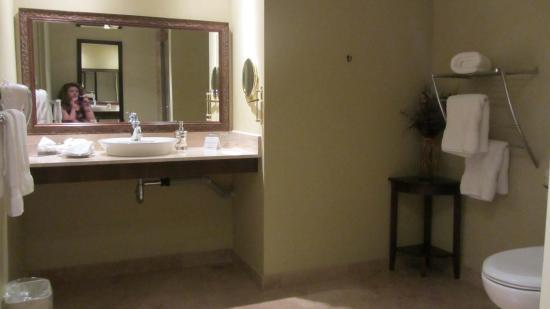 Hotel Brossard: room 106 pour personnes à mobilité réduite