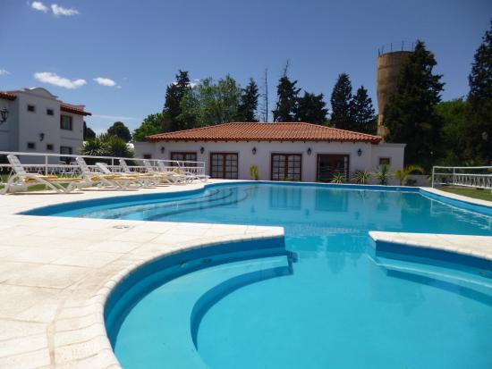 Foto de Garden House Hotel, Río Cuarto: Amplia piscina y sector para ...
