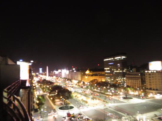 Pestana Buenos Aires: Av. 9 de Julio vista à noite da varanda (9 de Julio Avue. night seeing with Obelisk monument )