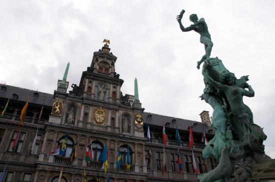 Grote Markt van Antwerpen: City Hall and sculpture