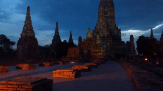 Wat Chaiwatthanaram: Anochecer