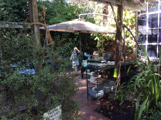 Kentfield, CA: View of the dining patio from the back of the restaurant