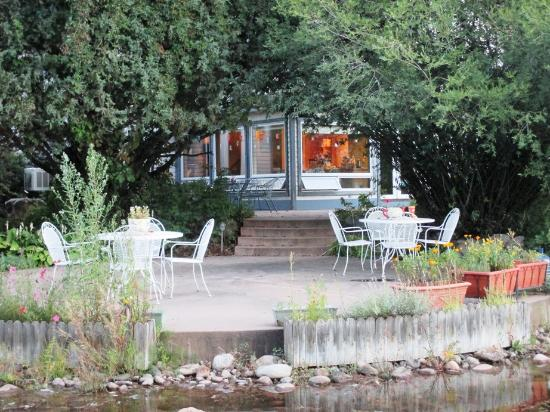 Apple Orchard Inn : patio off the main lodge