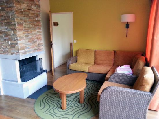 Center Parcs - Domaine des Trois Forets : coin salon et cheminée..A utiliser avec des bûches payantes.