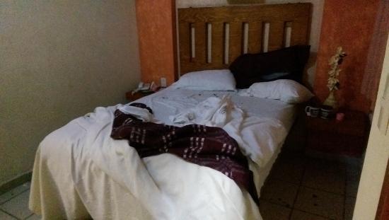 El Relicario De La Patria Hotel: Habitación sin asear