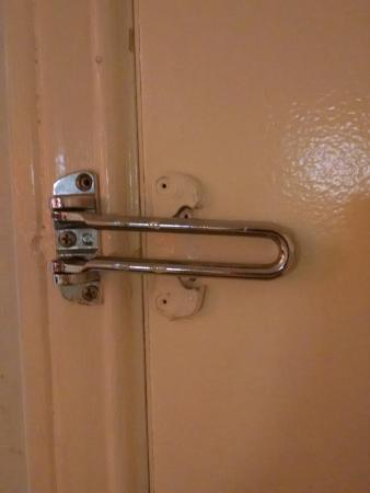 Motel 6 Waxahachie: broken/missing security lock
