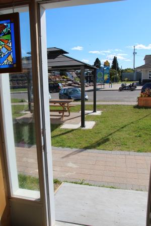 Nipigon, Kanada: out the back door is the spacious patio with the park across the street