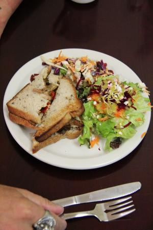Nipigon, Kanada: The pulled pork is usually on a wheat bun but we had glutenwise
