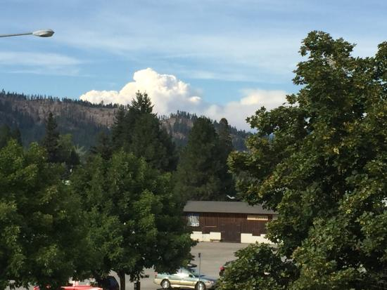 Howard Johnson Inn Leavenworth: View from room of forest fire on other side of hill.