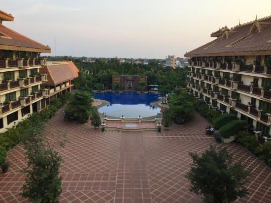Angkor Era Hotel : Vista de la piscina desde el corredor del hotel