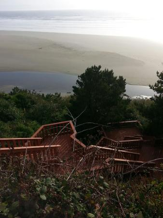 Agate Beach Motel: Ausblick vom Cottage und Treppe zum Strand