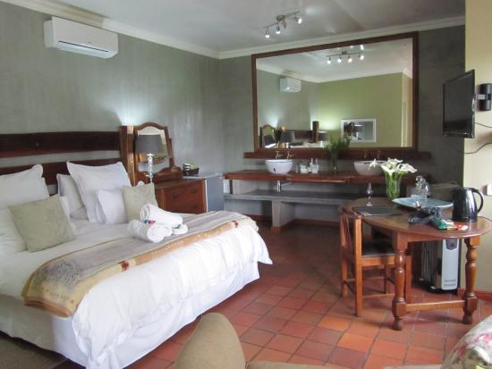African Vineyard Hotel/Guesthouse, Wedding, Conference & Wellness SPA : Another View of the Room