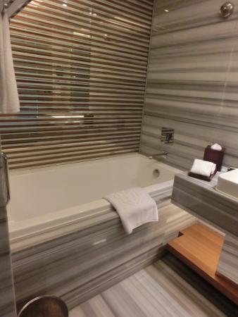 Galaxy Minyoun Chengdu Hotel: バスタブ