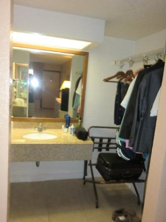 Travelodge Deltona: Sink/Closet