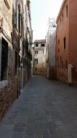 Il Giardino di Giulia : Alley leading to the B&B