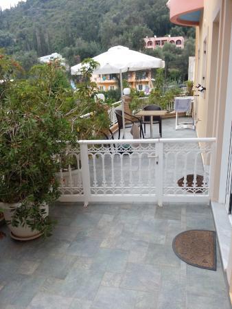 Rolandos Apartments: Замечательная терраса у нашего номера